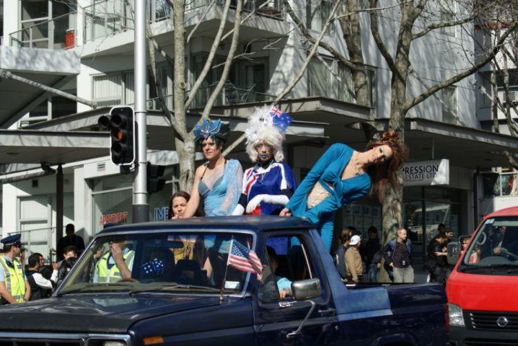 В Новой Зеландии развлечения довольно интересные. . Под присмотром полиции