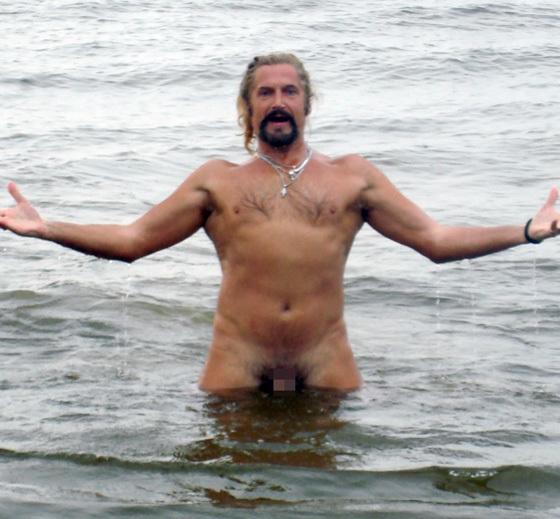 Голландские нудисты на нудистских пляжах раскованно