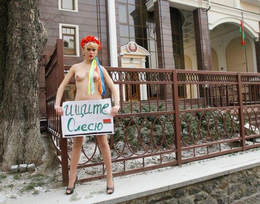 Свеженький белорусский моно-митинг от FEMEN: Гоните Бацьку!