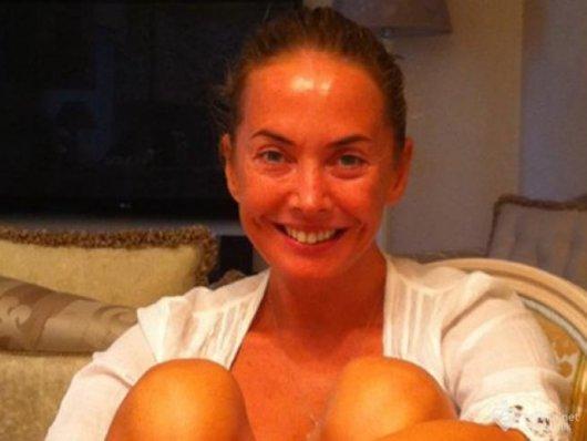 Жанна Фриске в пенюаре и без макияжа